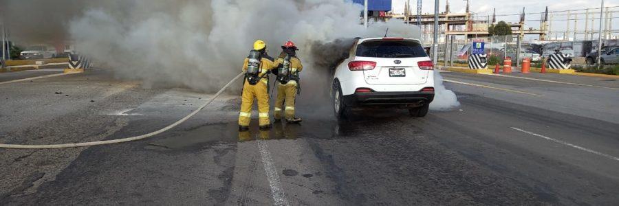 Se incendió carro en Atlixcáyotl, lo apaga PC d San Andrés Cholula