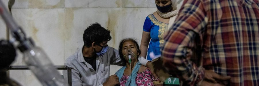 En India mueren más de 100 personas por hora; registra 323 mil casos de COVID-19 en un día