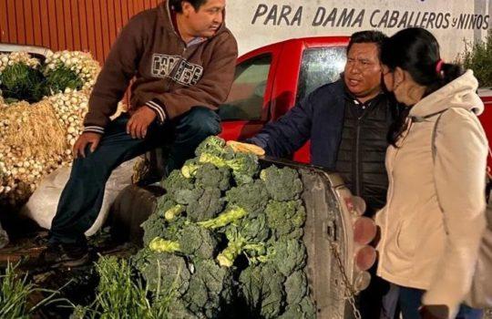 Ana Cristina Ruiz visita a comerciantes cholultecas en central de abastos