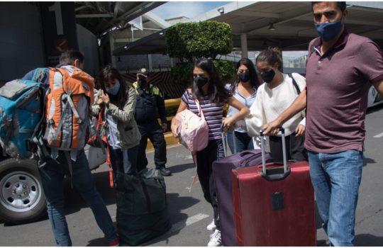 Padres de niños con cáncer retiran bloqueo frente a la Terminal 1 del AICM