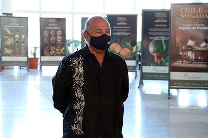 """Inauguran Cultura y Turismo exposición del Chile en Nogada en el Aeropuerto """"Hermanos Serdán"""""""