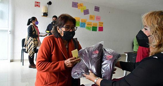 Reciben abuelitos de Coronango chamarras del programa Cobijando Esperanza