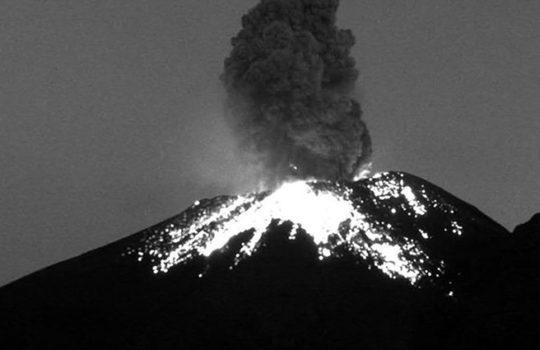 Popocatépetl registra explosión moderada con expulsión de fragmentos incandescentes
