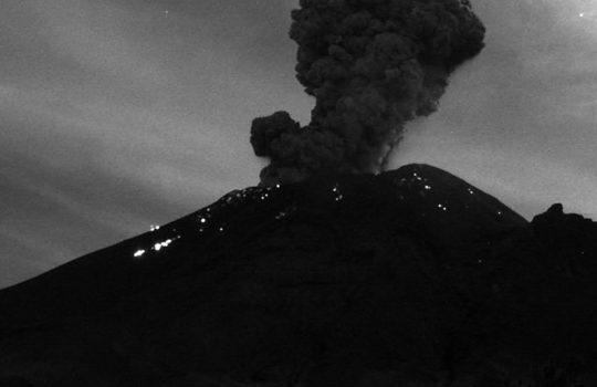 Volcán Popocatépetl continúa activo, registra explosión y columna de 2 mil 500 metros de altura