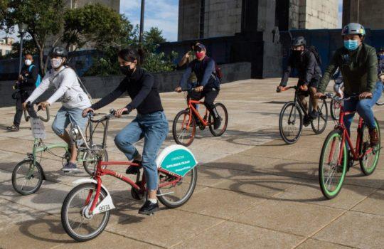 Jóvenes afganas refugiadas en México pasean en bici sobre Paseo de la Reforma