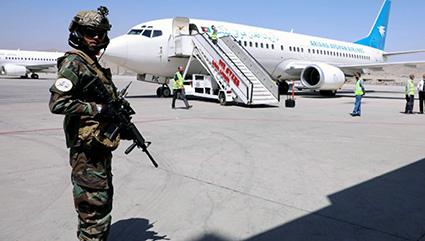 Talibanes impiden evacuación de 4 aviones de Afganistán