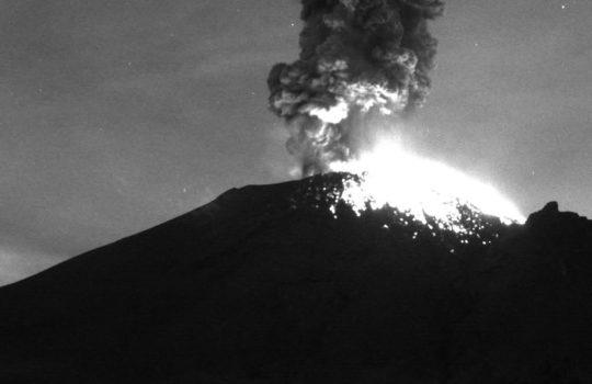 Volcán Popocatépetl registra fuerte explosión con fragmentos incandescentes durante la madrugada