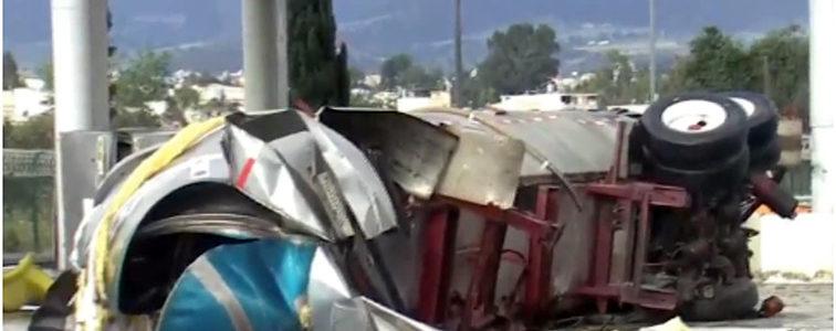 Tres personas resultan heridas tras choque de pipa contra caseta en la México-Puebla